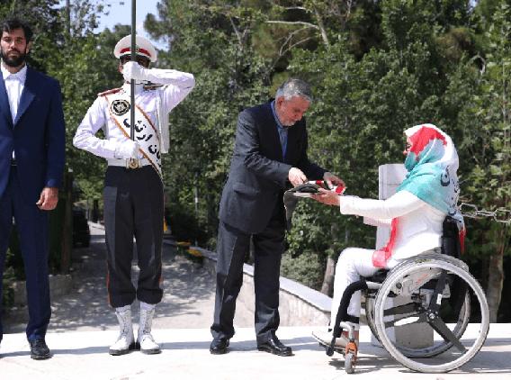 زهرا نعمتی پرچم را به کاپیتان صمد نیکخواه بهرامی تحویل داد